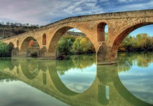 Puente la reina / por: Ramiro Albino